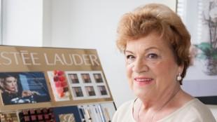 Arbeitet immer noch gerne - Helga Denja arbeitet seit 60 Jahren in der Parfuemerie Liebe und hat als eine der ersten Kosmetikerinnen in Deutschland eine eigene Kosmetikkabine in einer Parfümerie.  (Foto: Katrin Kutter)